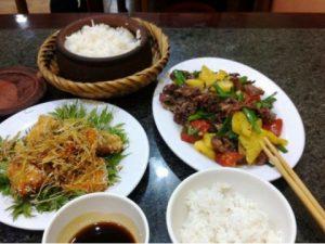 Cơm niêu Tố Uyên trắng dẻo với các món ăn phong phú