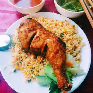 Cơm rang thơm phức với thịt gà quay đậm đà