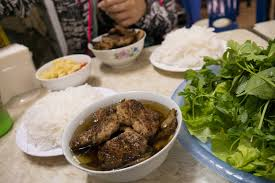 Bún chả Hà Nội ăn kèm với rau sống