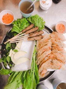 Bánh xèo Sáu Phước không chỉ thu hút thực khách bởi hương vị mà nhân viên còn rất nhiều tình.