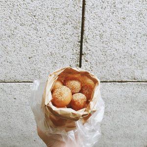 Túi đựng những chiếc bánh rán mặn được mua tại Ô Quan Chưởng