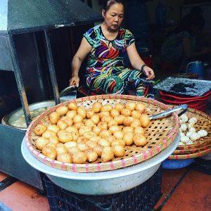 Chế biến bánh rán mặn để phục vụ thực khách