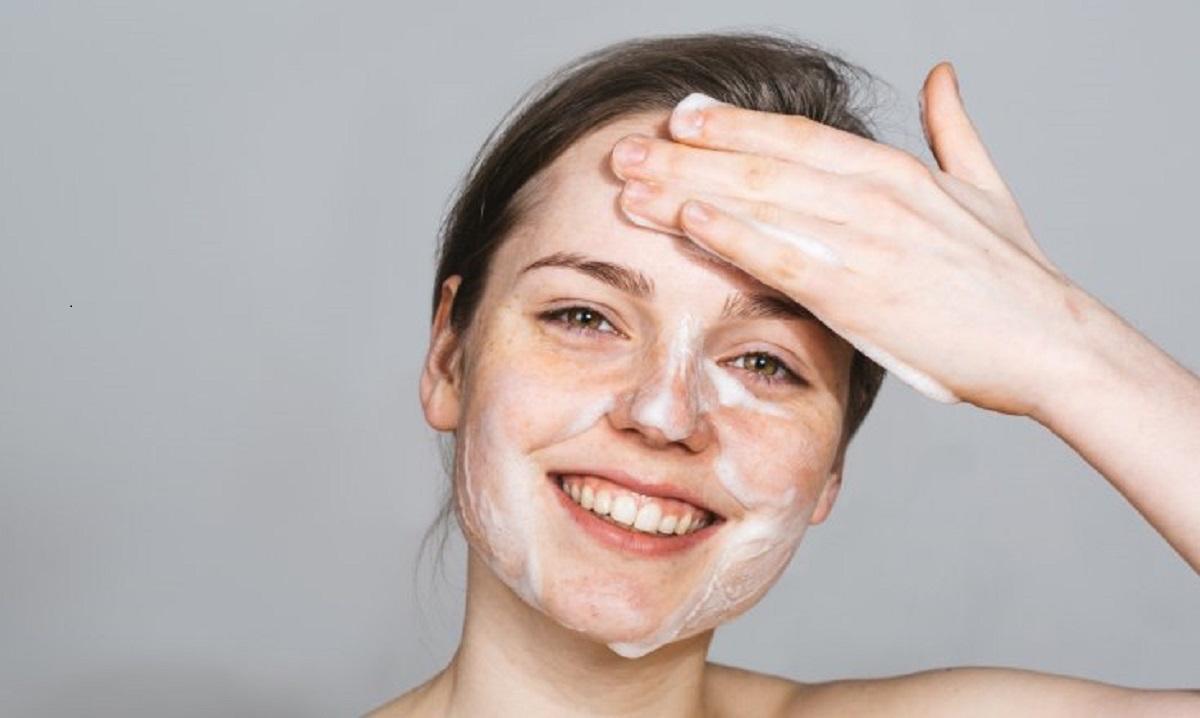 Top 15 sữa rửa mặt cho da dầu mụn phổ biến nhất hiện nay - EMOI