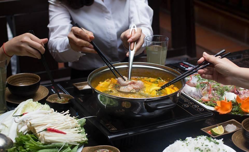 Món Việt với lẩu cua đồng cực đắt khách